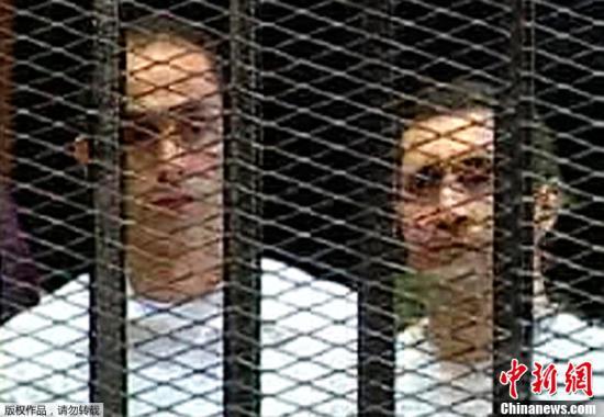 当地时间2011年8月3日,埃及前总统穆巴拉克躺着出现在开罗庭审现场,在铁笼中接受审判。法庭对穆巴拉克的两个儿子也进行了开庭审理。