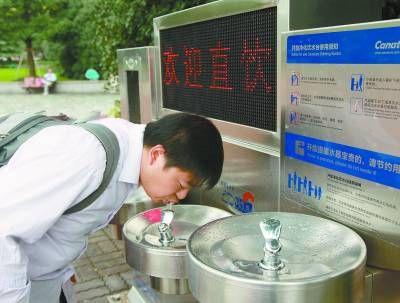 上海市,人民广场直饮水设施,游客在喝水。资料图