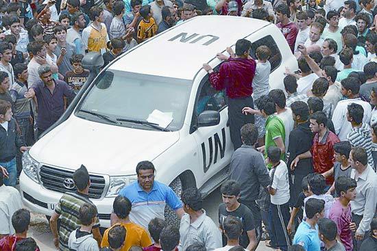 联合国监督团正在对胡拉惨案进行调查 图为监督员29日到达叙北部