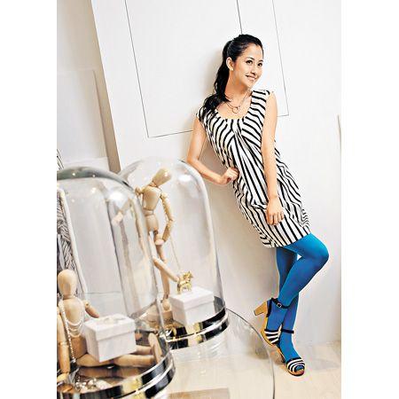 Marimekko 笔下的连身裙线条干净俐落,但缀上黑白条子图案后,卖相即时变得复古起来。 (裙 $1,900、颈链 $1,300、鞋 $2,500)