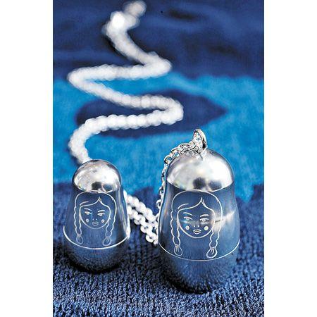 Renaissance Life 全新颈链设计以俄罗斯子母娃娃作蓝本,吊坠既由一大一细的娃娃所组成,还附送一条较短身的银链,以便作不同的配衬。 ($1,800)