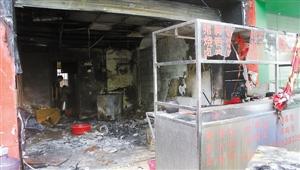 """餐馆被大火烧成""""废墟""""。深圳晚报记者 谢启宗 摄"""