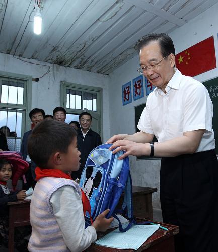 温总理把书包交给孩子