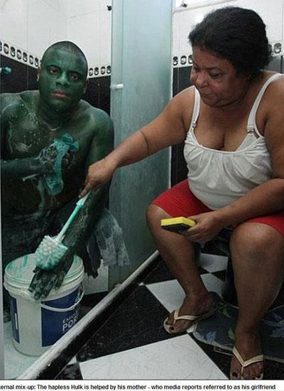 桑托斯的母亲在帮他清洗油漆 网页截图