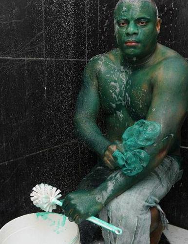 男子清洗身上的绿漆