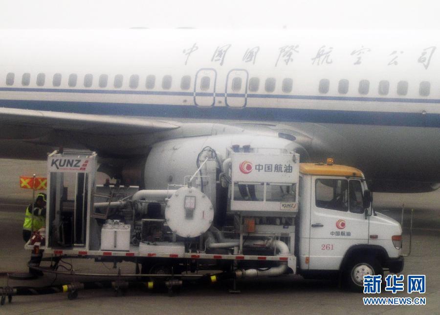 江苏南通兴东机场工作人员为四川航空公司一架飞机加油5月5日摄.