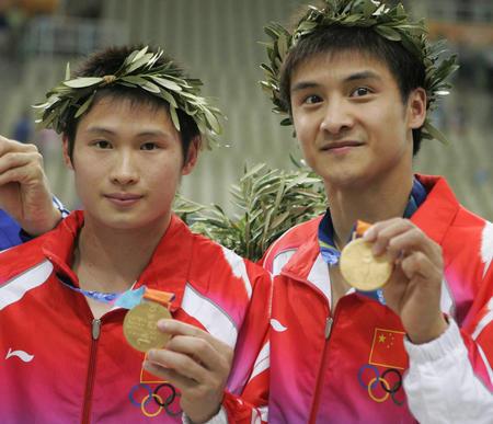 田亮杨景辉展示双人跳台金牌