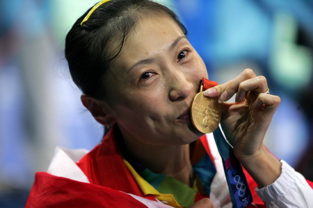 张宁亲吻金牌