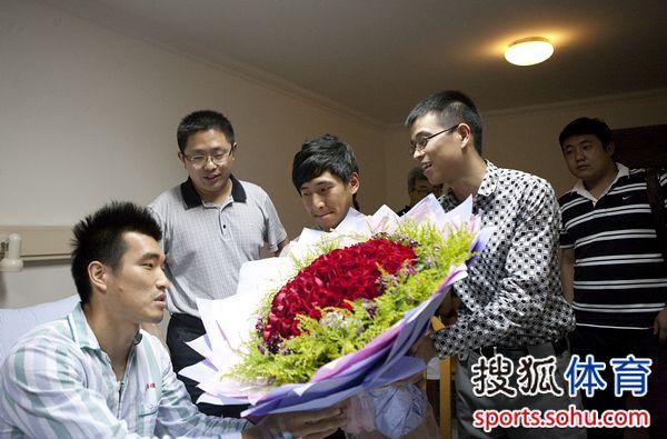 恒大代表受恒大董事局主席许家印委托向赵源熙献花