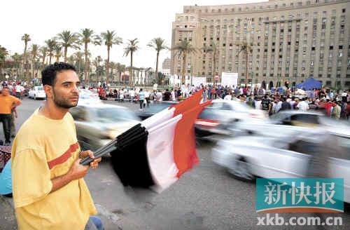 埃及自穆巴拉克下台之后几乎每月都有示威活动,而小贩也在经常举行示威的地点售卖埃及国旗。