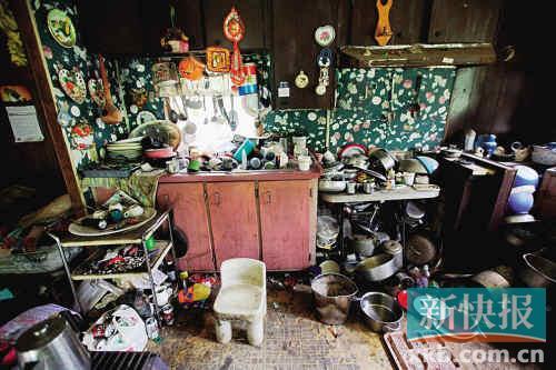 这是居民莫斯・诺伯家的厨房当然也在他的拖车里,堆满了各式各样的杂物。