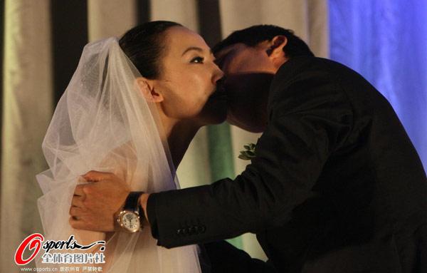曲波拥吻爱妻