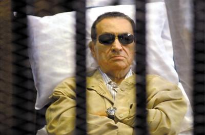 当地时间6月2日,埃及开罗刑事法庭,前总统穆巴拉克坐在铁笼中参加庭审。