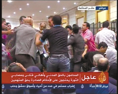 6月2日,在埃及开罗刑事法庭,判决宣布后人们一片混乱。(半岛电视台截图) 新华社发