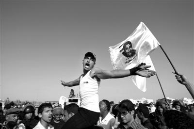 当地时间6月2日,埃及开罗,人们聚集在法院外或喊着口号或举着穆巴拉克的肖像举行示威。