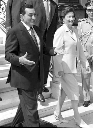 穆巴拉克与夫人(资料照片)