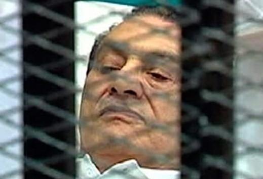 穆巴拉克在笼中接受审判资料图