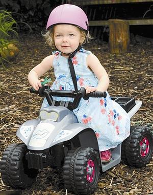 女孩/黛西在玩耍时需要佩戴一顶安全帽来保护自己的安全。