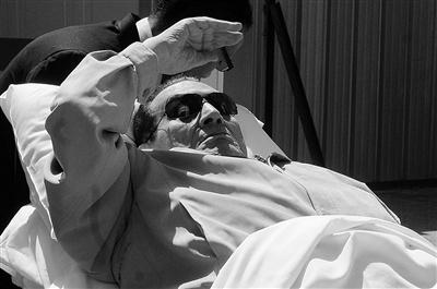 图为穆巴拉克被用担架抬出法庭  供图/IC