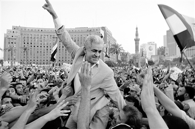首轮总统选举中失利的总统候选人萨巴希(中)在开罗解放广场参加抗议集会,抗议对前总统穆巴拉克案件的判决结果 供图/新华社