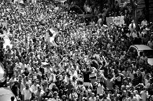 6月2日,埃及民众在开罗解放广场参加抗议集会。 新华社发
