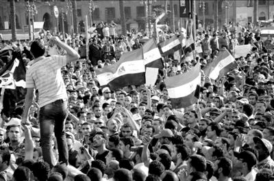 2日,埃及民众在开罗解放广场抗议集会。新华社发