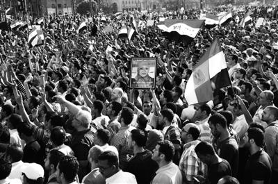 埃及首都开罗等城市2日傍晚爆发大规模游行,抗议开罗刑事法庭对前总统穆巴拉克案件的判决结果。当天上午,穆巴拉克被判终身监禁。新华社发