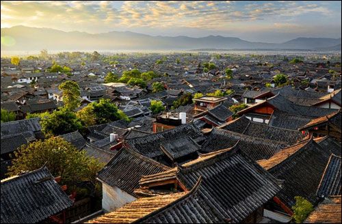 丽江位于云南省西北部云贵高原与青藏高原的连接部位,相对沿海城市来说,超过2000米的海拔也是差距比较大的。因此气候环境也有少许区别,气温偏低,昼夜温差也很大。