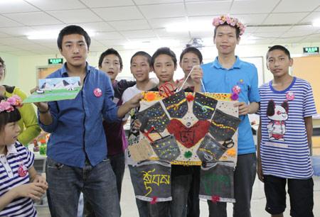 """学而思教育创始人张邦鑫和玉树的孩子们一起过""""六一""""儿童节。"""