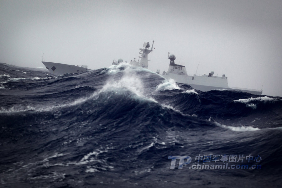 浪�_海军某驱逐舰支队远洋训练:5级海况穿浪前行--中国广播网(组图)
