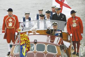 女王夫妇乘小艇前往龙船