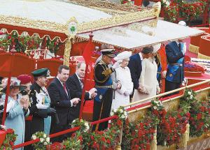 女王及王室成员向民众致意