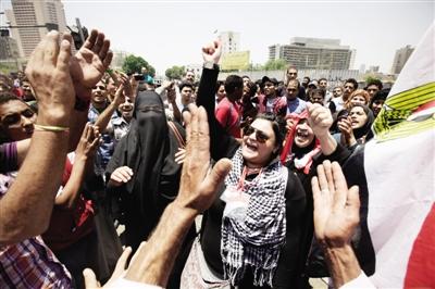 4日,开罗解放广场,埃及民众继续高喊口号抗议对穆巴拉克的判决,抗议者拟在周二发起更大规模示威。