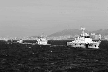 威刘航线客船整齐地停泊在威海湾内资料片。