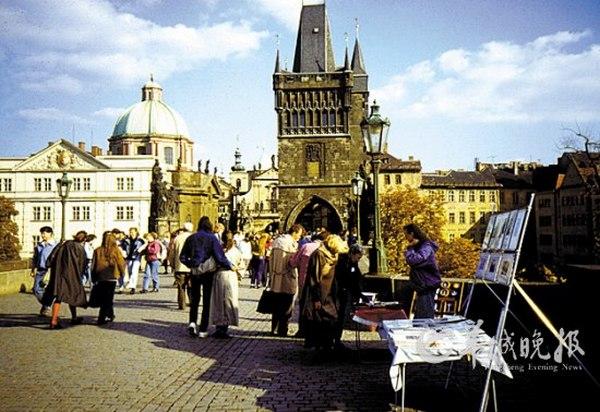 捷克:游客云集的查理大桥(张国声 东方IC)