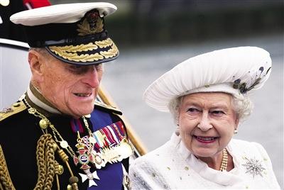 妇唱夫随 3日,一身白色套装的女王与丈夫在登船巡游前亮相