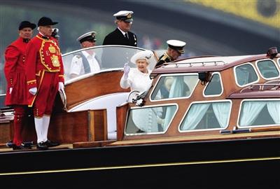 并肩同游 3日,女王夫妇乘坐临时船只前往巡游出发地