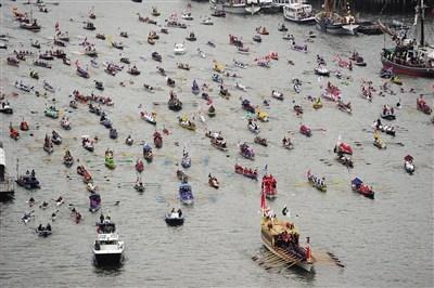 首当其冲 3日,中国龙船和其他小型船只为巡游打头阵