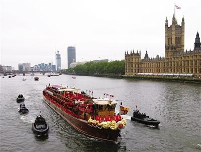 一船当关 3日,女王夫妇乘坐的游船成为焦点