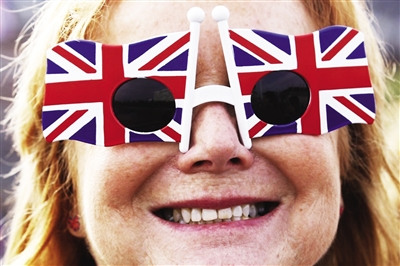 一人尽兴 3日,一市民参加庆典时戴着国旗形状的眼镜