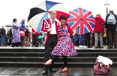 二人共舞 3日,为千船巡游守候的一对夫妇摆出共舞的姿势