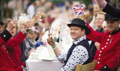 """""""万人""""举杯 3日,民众在伦敦街头举行派对,为女王干杯"""