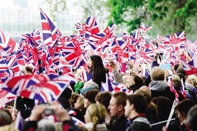 人山人海 3日,民众聚集在泰晤士河畔争睹女王风采