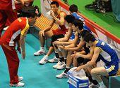 图文:中国男排0-3塞尔维亚 队员场边休息