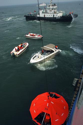 """6月5日,救援人员在海上转移""""遇险旅客""""。新华社发(初阳 摄)"""