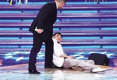 郭杰在被质疑后晕倒在主持人张绍刚面前。