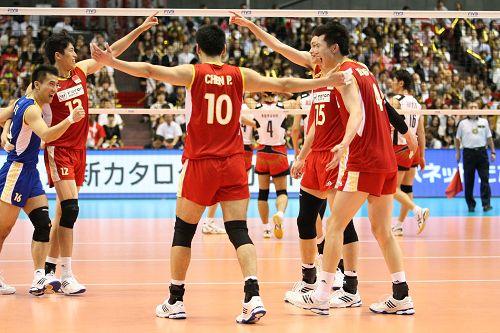 图文:男排奥预赛中国3-1日本 队员庆祝得分
