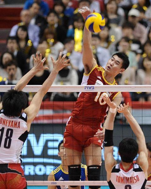 图文:男排奥预赛中国3-1日本 陈平扣球瞬间