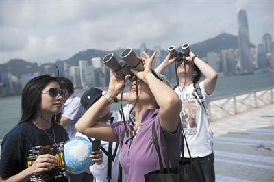 """观看 金星凌日/香港民众在太空馆外观看""""金星凌日""""天象。新华社发"""