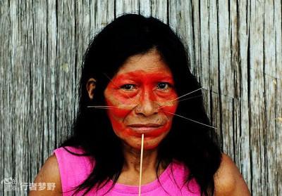 猫人部落插入脸颊的木须和脸庞唇边的美洲豹纹身